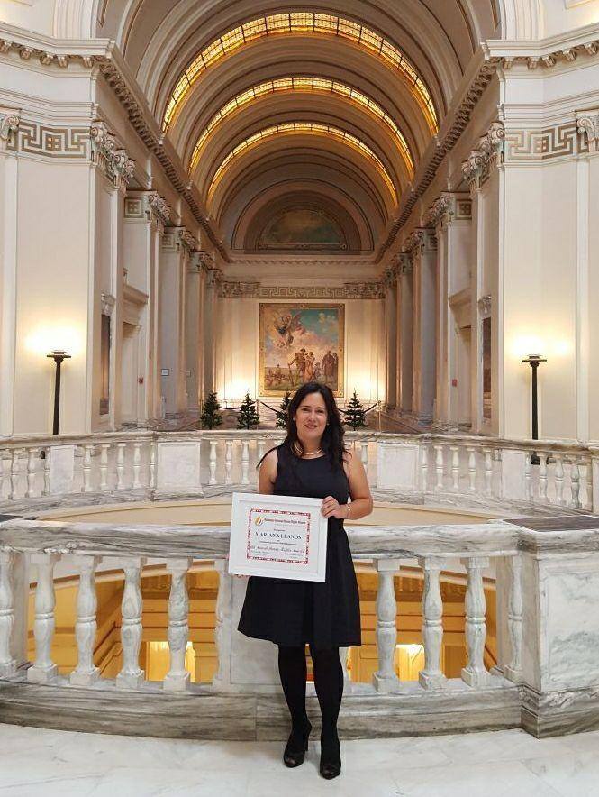 Mariana Llanos with award